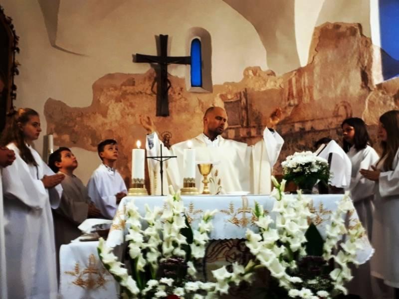 Barics Gábriel atya misézik